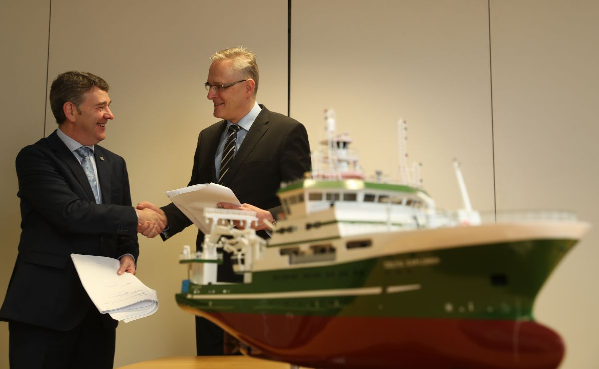 The Marine Institute signs contract with independent ship design consultants Skipsteknisk AS of Ålesund, Norway who have been appointed as the designers of Ireland's new state of the art marine research vessel. Pictured (LtoR) Dr Peter Heffernan, CEO, Marine Institute, Hans Ove Holmoey, Managing Director, Skipsteknisk AS. Photograph Jason Clarke
