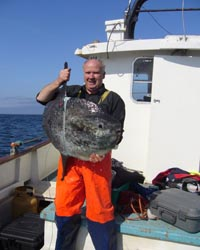 Padraig O Suillleabhain with sunfish onboard his ecotourism boat Miss Fiona (c) Nikolai Liebsch